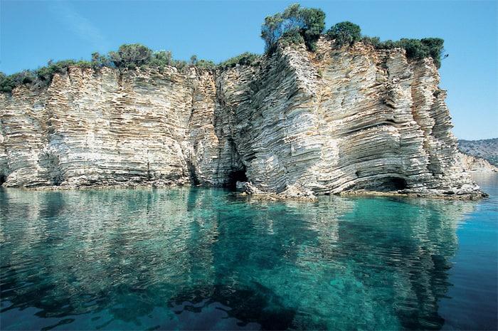 Scogliera a picco e acque trasparenti di Meganisi